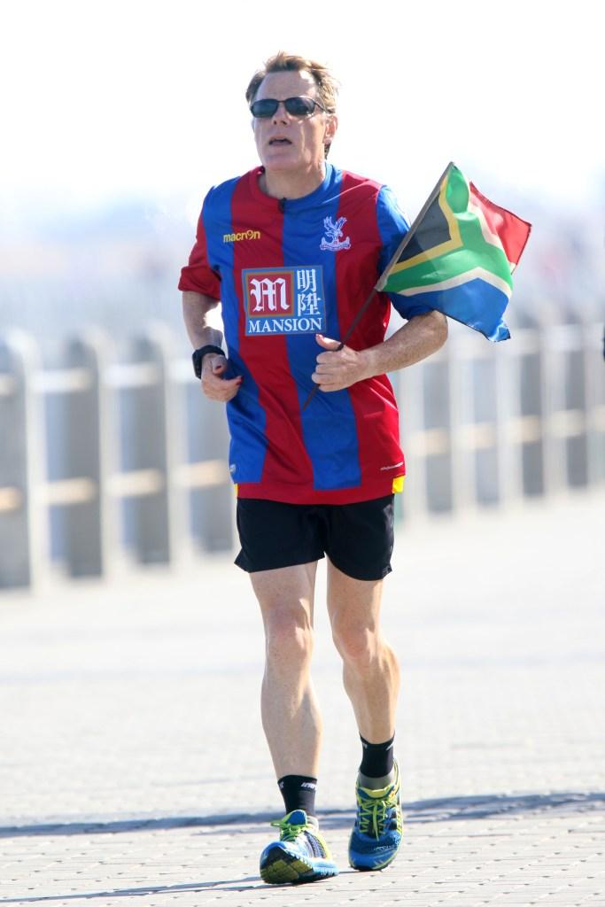 Eddie Izzard Sport Relief marathon challenge, Cape Town, South Africa - 19 Mar 2016
