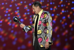 FILE - In this July 13, 2016, file photo, Craig Sager accepts the Jimmy V award for perseverance at the ESPY Awards at Microsoft Theater in Los Angeles. Longtime NBA sideline reporter Craig Sager has died at the age of 65 after a battle with cancer. Turner President David Levy says in a statement Thursday, Dec. 15, 2016, that Sager had died, without saying when or where. (Photo by Chris Pizzello/Invision/AP, File)