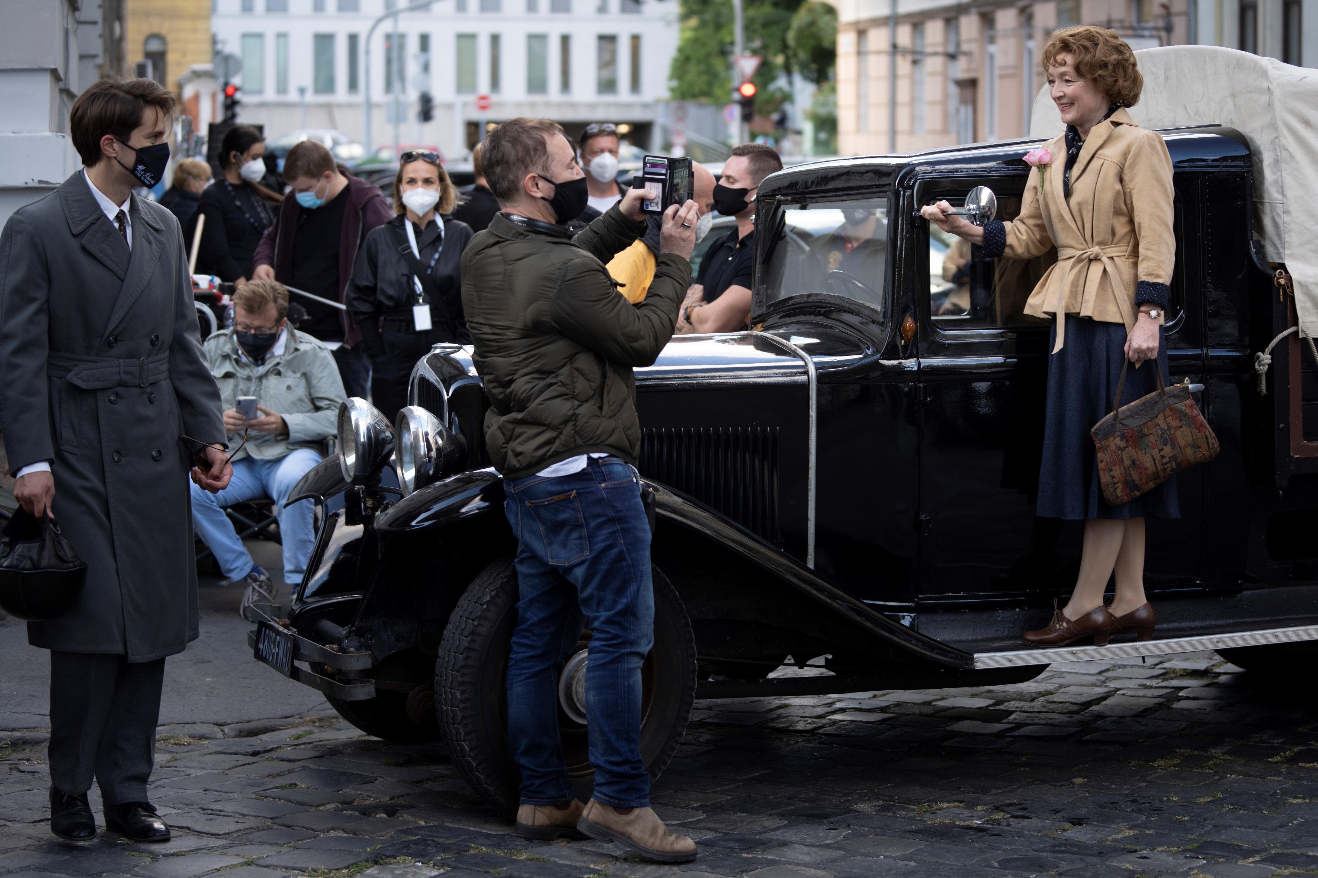 Mrs Harries goes to Paris, le film Mrs-Harris-Goes-to-Paris_image