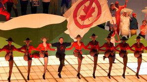 """Robin Williams joins the chorus line as he sings """"Blame Canada"""" during the 72nd Annual Academy Awards"""