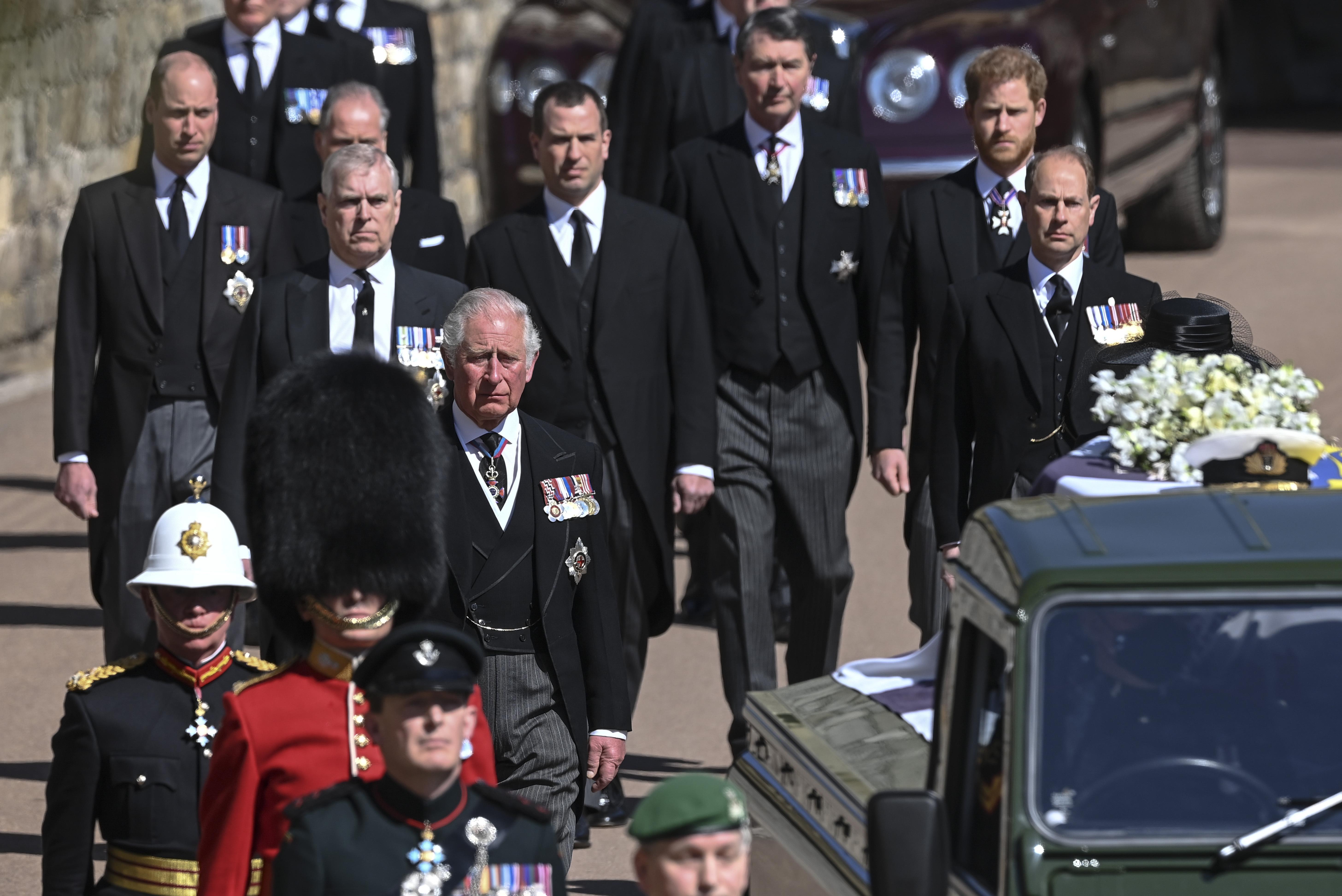 Принц Гарри со своим отцом и братом провели частную беседу после похорон герцога Эдинбургского