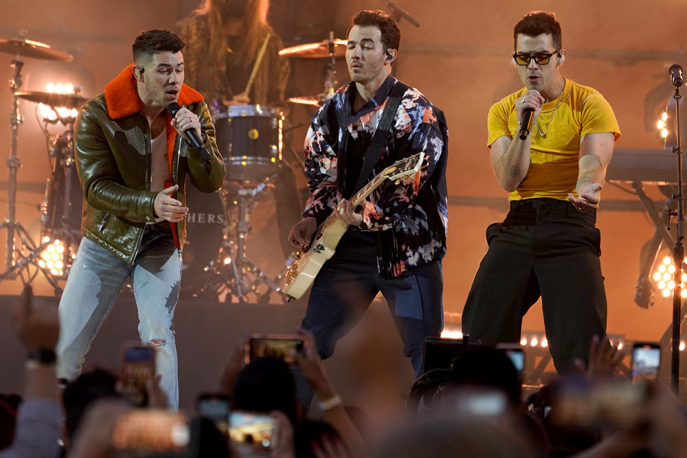 Jonas Brothers To Be Roasted In Netflix Comedy Special Hosted By Kenan Thompson